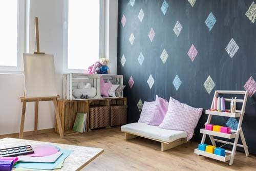 Una zona studio per bambini con divanetto