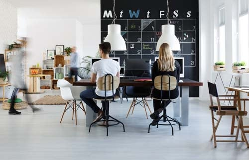 Giovani lavorano in coworking