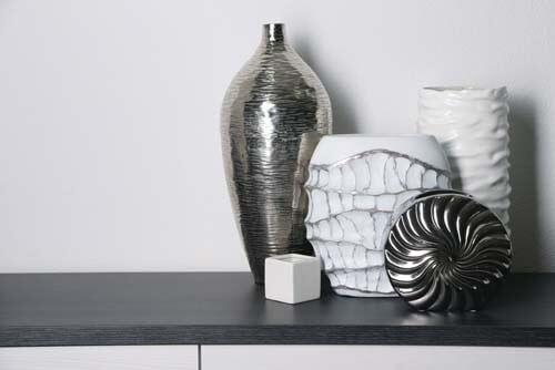 Vasi bianchi e grigi per mensole