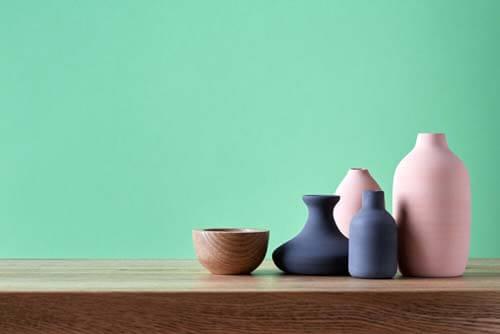 Vasi colorati per decorare le mensole