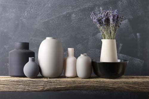 Vasi bianchi per decorare le mensole
