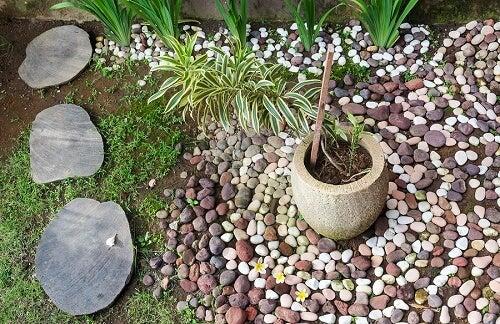 Giardino decorato con ciottoli e pietre di fiume