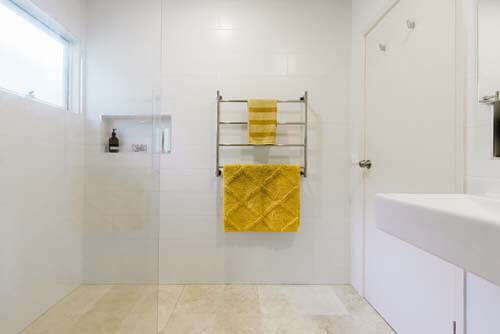 Asciugamani gialli in bagno