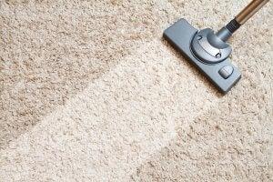 aspirapolvere che aspira tappeto