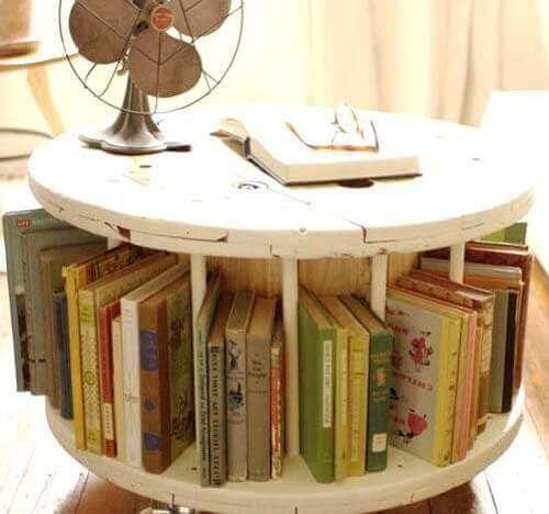 Una libreria fatta con bobina in legno per cavi