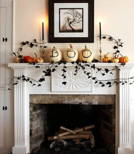 Camino decorato con le zucche di Halloween.