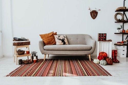 Salotto decorato con colori autunnali