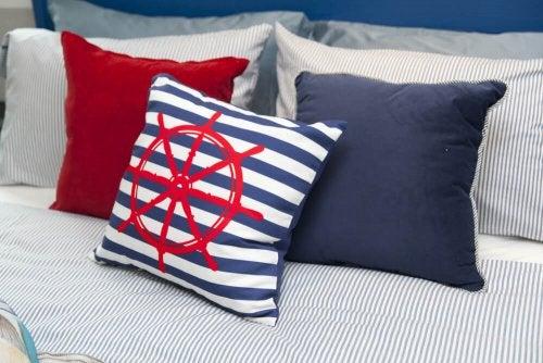 cuscini rossi e blu