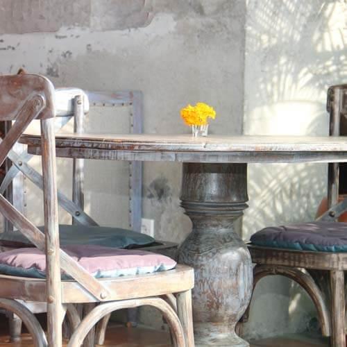 Un tavolino di legno invecchiato