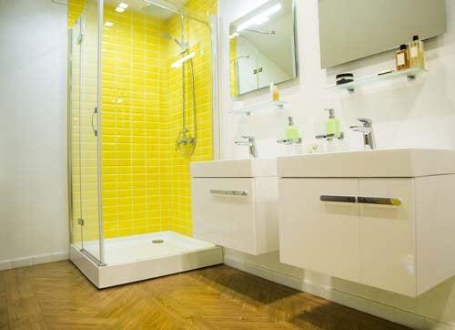 Doccia con piastrelle gialle