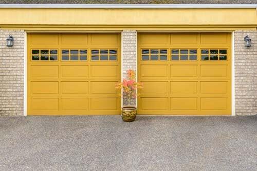 Due porte minimaliste per il garage