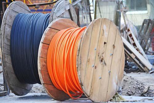 Due bobine in legno per cavi