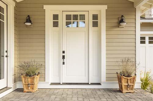 Una porta minimalista bianca