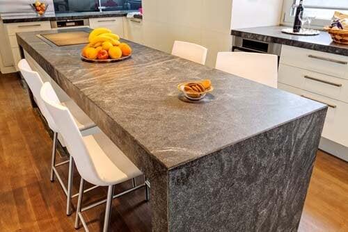 Un piano cucina in granito grigio