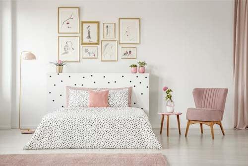 Camera de letto rosa e bianca