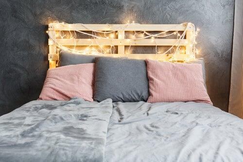 Usate le lucine di Natale per la testiera del letto
