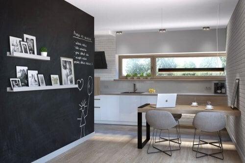 Pareti a lavagna in sala da pranzo: belle e utili