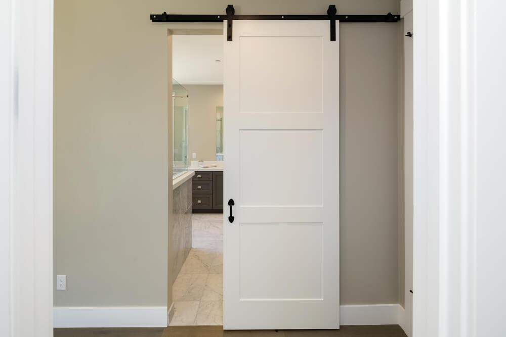 porta bianca scorrevole per il bagno