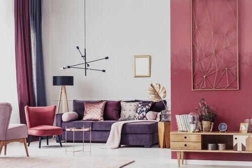 Osate con una stanza di colore viola