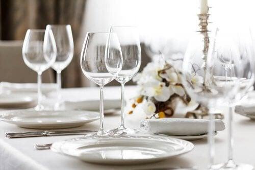 Come apparecchiare una tavola per una cena formale?