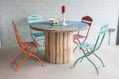 Tavolo bar fatto con una bobina in legno per cavi