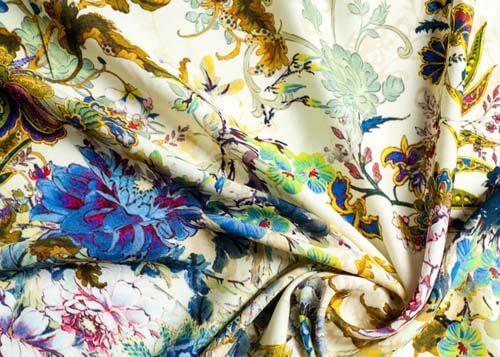 Tessuto con stampe floreali
