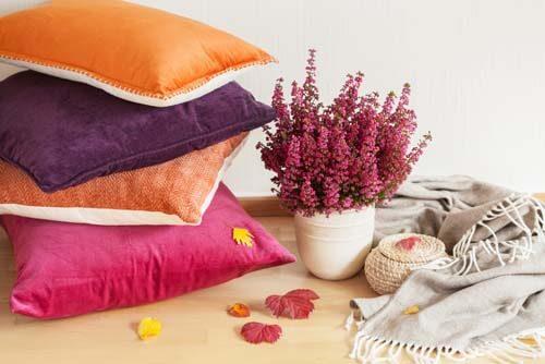 Tre cuscini moderni e colorati