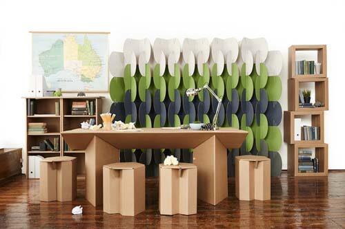 Ufficio creato con scatole di cartone