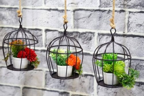 Decorate il balcone con vasi da fiori pensili
