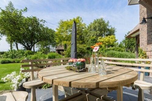 Mobili in legno dal design organico per il giardino