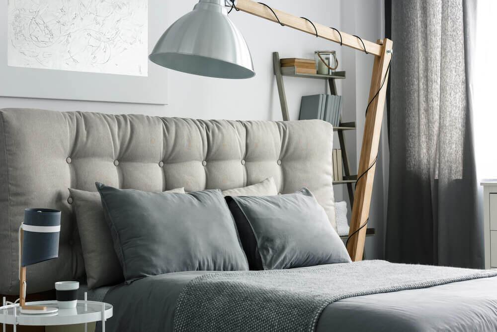 Camere da letto grigie con lampada