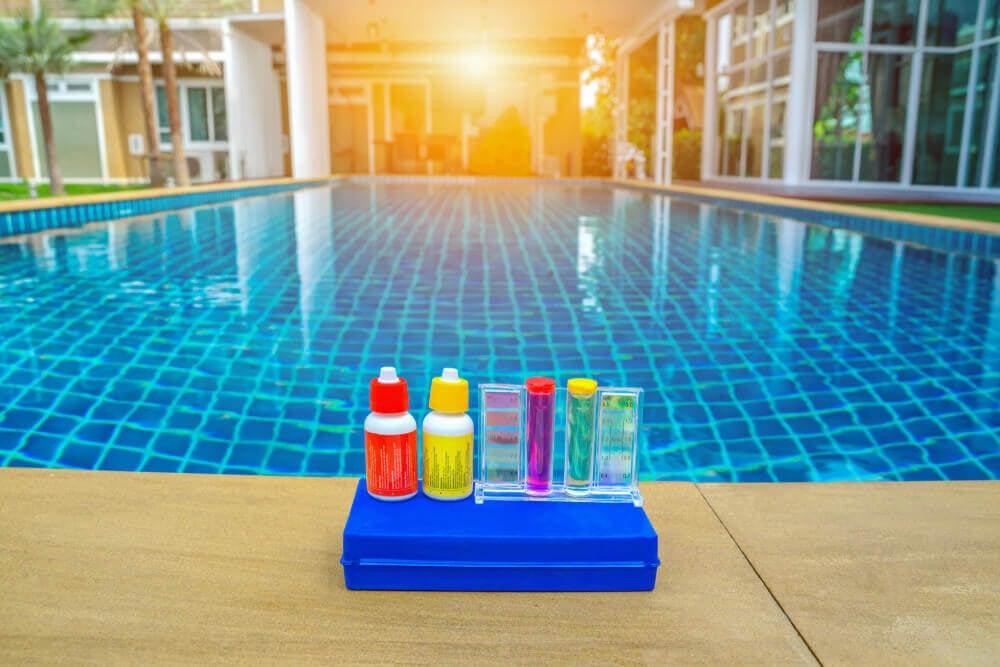 kit per controllare l'acqua della piscina
