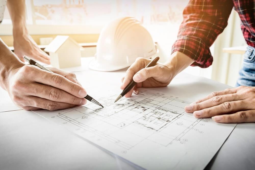Due persone lavorano ad un progetto di ristrutturazione
