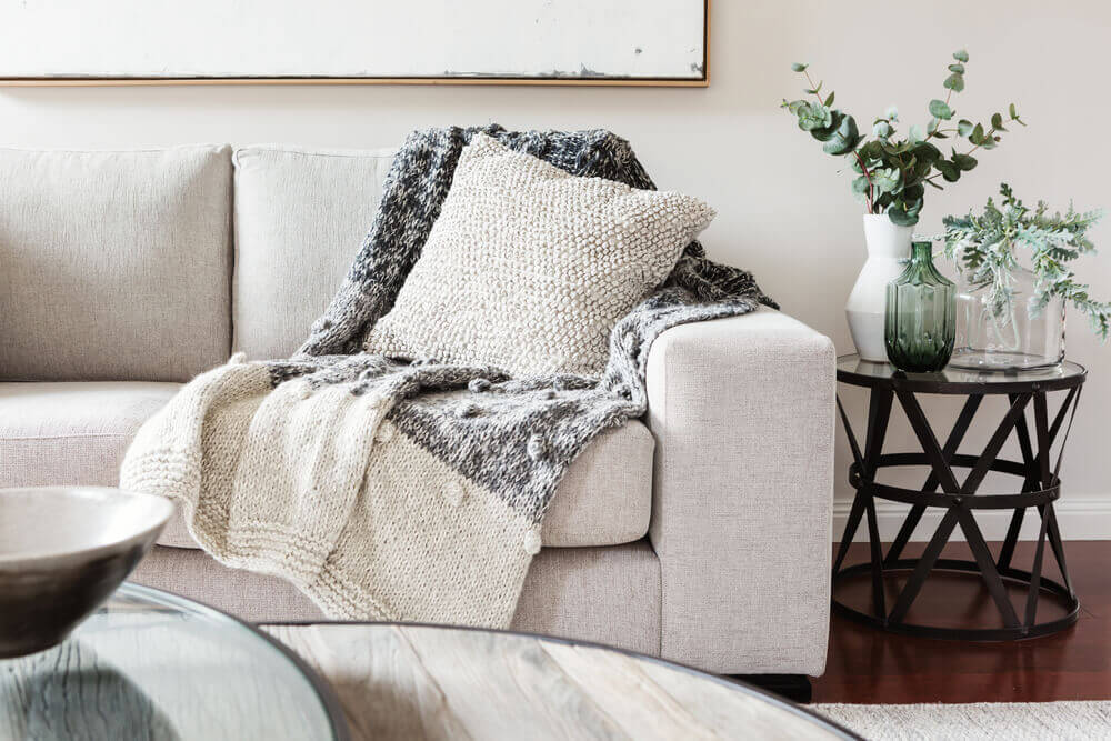 Coperta su divano in stile cozy
