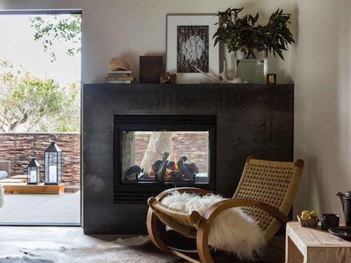 camino con sedia a dondolo interior design