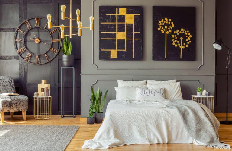 Pareti grigie e oro per una camera da letto elegante