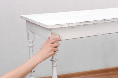 Carteggiare tavolo con spugna e cera