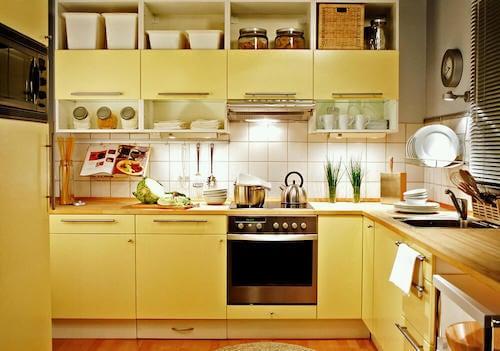 Cucina monocromatica con mobili gialli