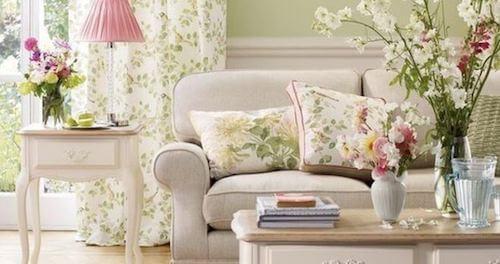 cuscini e divano decorati con lo stile di laura ashley