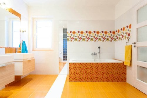 piastrelle arancio in bagno