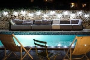 piscina in stile mediterraneo di notte