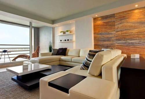 salone con divani tavolino e ampia finestra