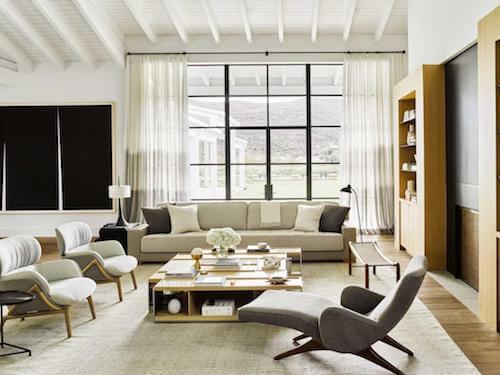 salotto luminoso con divano e poltrone di nicole hollis