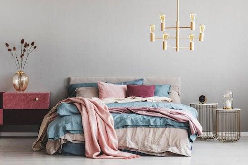 biancheria colorata per arredare il letto
