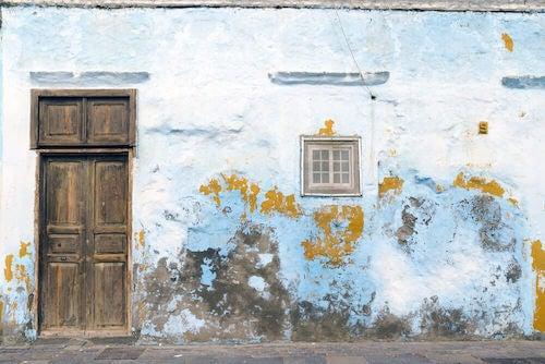 facciata di casa con umidita