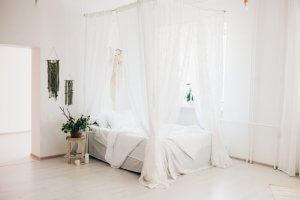 Il letto a baldacchino è tra i mobili che non passano mai di moda