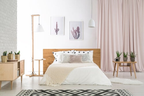 Letto bianco e tende rosa