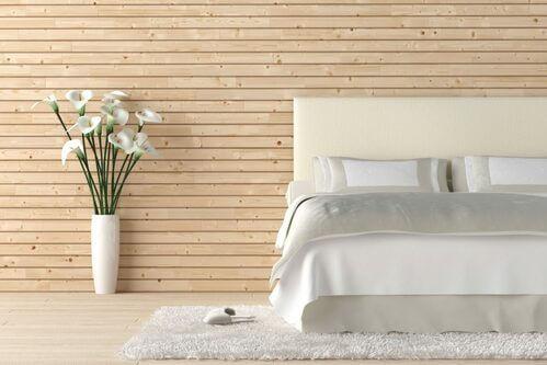 Camera da letto ideale per riposare, bianca e con fiori
