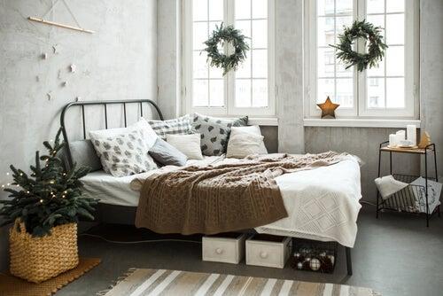 Camera da letto con ghirlande alle finestre