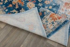 Tappeto damascato su pavimento di legno